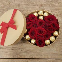 Caja con corazón de rosas rojas