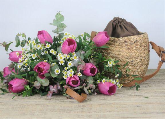 Ramo de tulipanes en bolso
