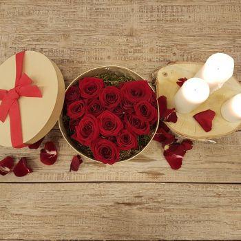 Caja redonda corazón de rosas en el interior