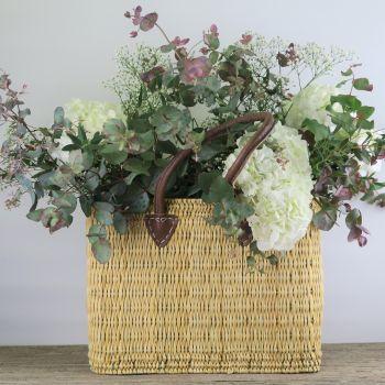 Capazo con hortensias